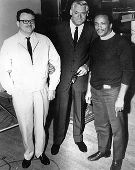 Toots, Cary Grant et Quincy Jones qui vient d'écrire la musique du film Walk, Don't Run (sortie 1966), à laquelle contribuent Toots, Harry Sweets Edison et Peggy Lee, un film de Charles Walters dont l'action se déroule à Tokyo, où joue Cary Grant © Photo X, Coll. Jean-Marie Hacquier by courtesy