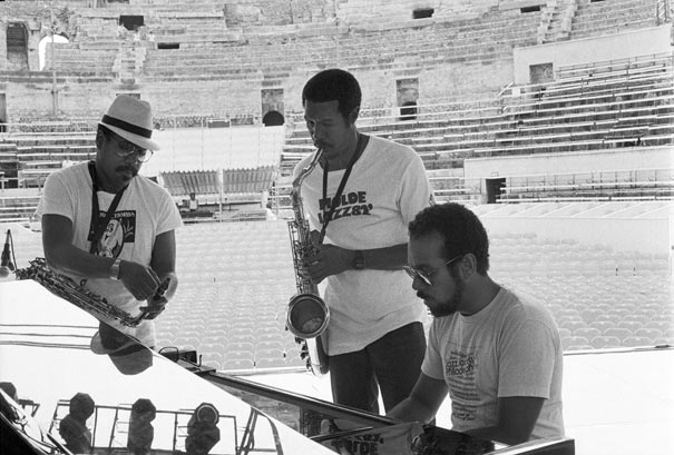 Sonny Fortune, Billy Harper, Stanley Cowell, lors de la balance, 11e Festival international de Jazz, Arènes de Nîmes, 22 juillet 1986, groupe Great Friends comprenant en outre, Reggie Workman et Billy Hart © Ellen Bertet