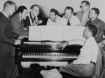 Vernon Brown, Georgie Auld, Benny Goodman, Gene Krupa, Clint Neagley, Ziggy Elman, Israel Crosby, Teddy Wilson (assis) © Fred Palumbo by courtesy of Library of Congress