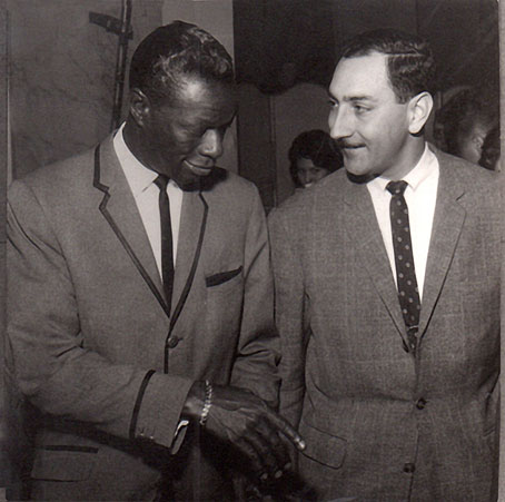 Nat King Cole et Louis-Victor Mialy, début des années 1960 © photo X, Coll. Jazz Hot