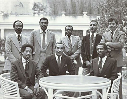 M'Boom - debout: Freddie Waits, Joe Chambers, Roy Brooks, Omar Clay, Ray Mantilla, Assis: Warren Smith, Max Roach, Fred King © photo X by courtesy of Warren Smith