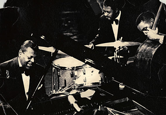 Oscar Peterson, Louis Hayes et Ray Brown © photo X by courtesy of Louis Hayes (www.louishayes.net)