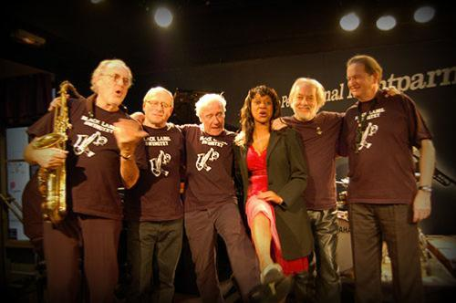 Sylvia Howard avec Christian Bonnet (à gauche) et les musiciens du Black Label Swingtet, Petit Journal Montparnasse © Photo X, by courtesy of Sylvia Howard