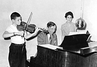 Lenny Popkin enfant, au violon avec Miecyzslaw Munz et Susan Popkin © photo X, Collection Lenny Popkin by courtesy
